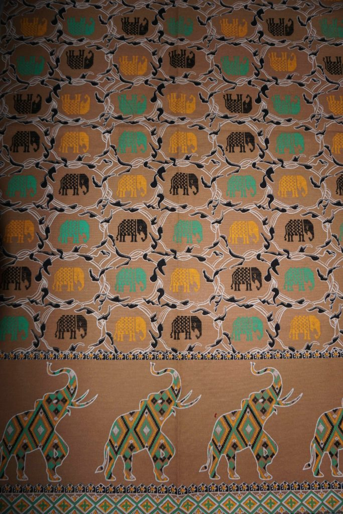 tissu beige éléphants laos