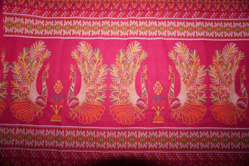tissu rose paons laos