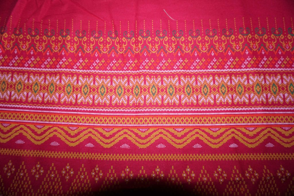 tissu rose motifs laos