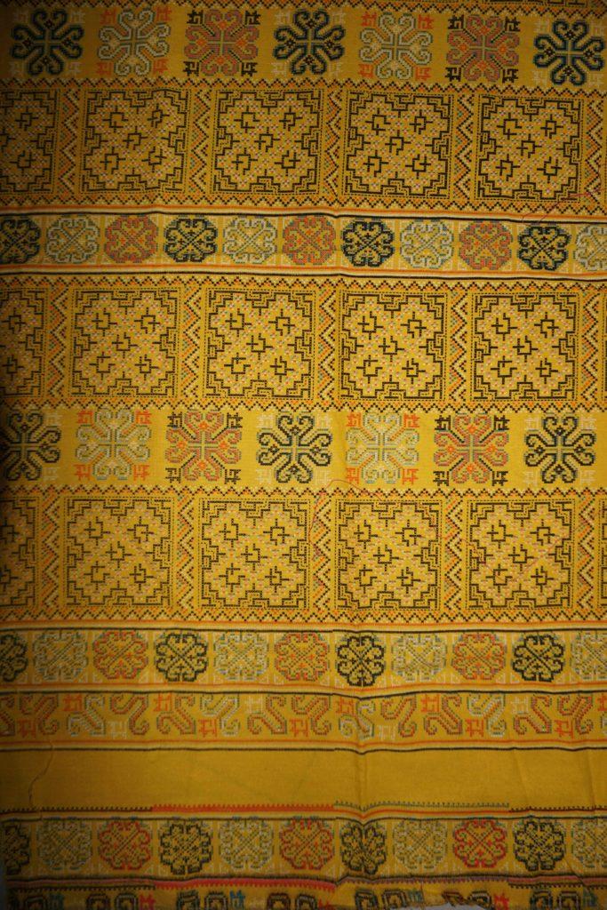 tissu jaune motifs laos