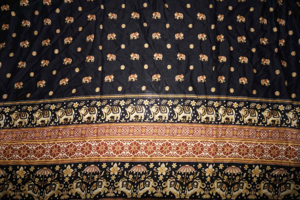 tissu noir ocre éléphants laos